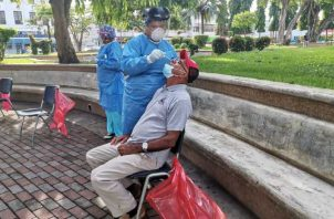 Realizan hisopados en el parque Cervantes en la ciudad de David. Foto: José Vásquez