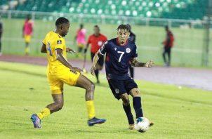 Edarlyn Reyes (der) de República Dominicana disputa el balón con Rashad Smith de Barbados. Foto:EFE