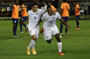 Armando Cooper (11) festeja uno de sus goles con Omar Córdoba (4).. Foto: Víctor Arosemena