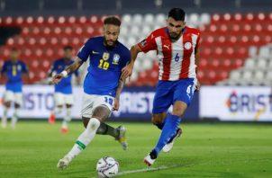 Neymar de Brasil (izq.)  y Júnior Alonso  de Paraguay. Foto:EFE