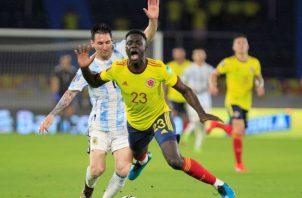 El argentino Messi (izq.) durante el juego ante Colombia. Foto:EFE