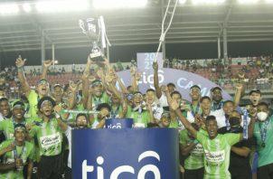El equipo de Alianza festeja con el trofeo el campeonato de la Liga Prom. Foto:Cortesía