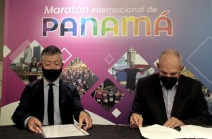"""Fumio Tanaka, presidente de Seiko Panamá y Gregorio """"Beby"""" Miró del Club Corredores del Istmo, firmaron el acuerdo de patrocinio."""