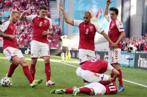 Christian Eriksen es ayudado por sus compañeros. Foto: EFE