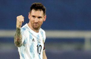 Lionel Messi de Argentina celebra su gol ante Chile. Foto:EFE