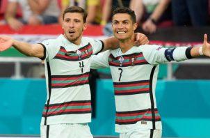 Cristiano Ronaldo (der) de Portugal celebra el tercer gol de Portugal. Foto:EFE
