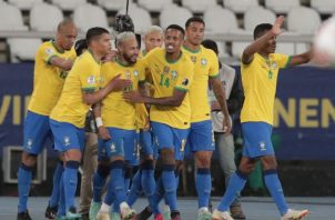 Jugadores de Brasil felicitan a Neymar tras anotar un gol contra Perú. Foto:EFE
