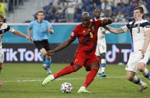 Romelu Lukaku de Bélgica despeja el balón en el partido contra Rusia. Foto:EFE