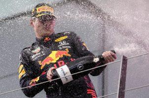 Max Verstappen de Red Bull Racing celebra su triunfo en el Gran Premio de Estiria. Foto:EFE