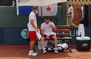 Chad Valdés, conversa con Marcelo Rodríguez durante un partido. Archivo