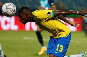 Emerson jugador Brasil cabecea el balón. Foto:EFE