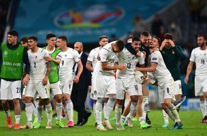 Jugadores de Italia festejan su clasificación a la Eurocopa. Foto:EFE