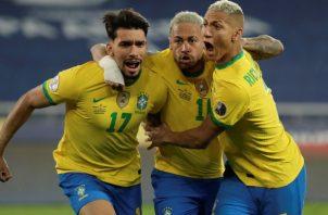 Paquetá (izq.) celebra su gol con Neymar y Richarlison ante Chile. Foto:EFE