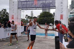 Daniel González es felicitado después de pasar la meta tras ganar los 10 kilómetros. Foto: Cortesía