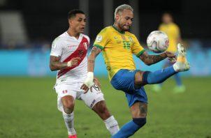 Neymar de Brasil controla el balón ante Yoshimar de Perú.  Foto:EFE