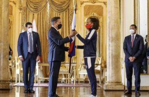 Lauretino Cortizo entrega el pabellón nacional a Nathalee Aranda. Foto:@COlimpicoPanama