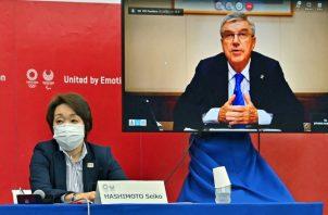 Thomas Bach presidente del Comité Olimpico Internacional (COI) y Seiko Hashimoto (izq.) presidenta los juegos de Tokio. Foto:EFE
