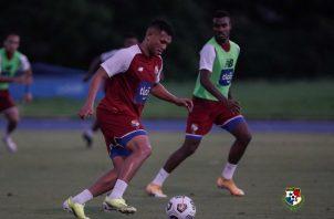"Rolando ""Toro"" Blackburn con el balón. Foto:Fepafut"