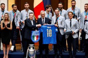 El primer ministro, Mario Draghi (cent.) celebra con el equipo italiano campeón de la Eurocopa. Foto:EFE