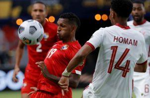 Alberto 'Negrito' Quintero de Panamá, intenta dominar el balón ante el ataque de Ahmed Homan de Catar. Foto:EFE