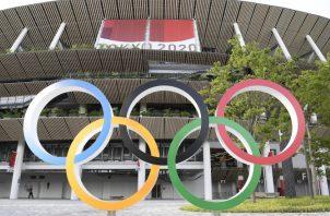 Los anillos olímpicos al Estadio Nacional, el estadio principal de los Juegos en Tokio, Japón. Foto:EFE