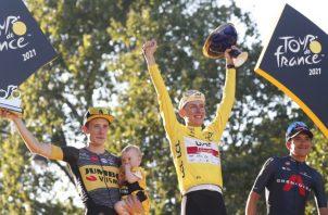 Jonás Vinegaard (iz) segundo lugar, el esloveno Tadej Pogacar ganador del Tour y el ecuatoriano Richard Carapaz en el ter puesto. Foto:EFE