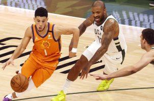 Devin Booker de los Suns (izq.) es marcado por P.J. Turcker. Foto:EFE