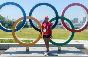 Kristine Jiménez en las instalaciones de Tokio con las argollas olímpicas. Foto: @Cop