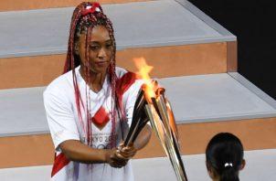 Naomi Osaka recibe la llama olímpica. Foto:EFE