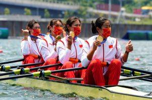 El equipo Cuádruple Femenino de China, evento de remo, luce sus medallas de oro. Foto:EFE