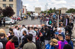 Aficionados del París Saint- Germain en las afueras del aeropuerto de Le Bourget, en París esperando la llegada de Messi. Foto:EFE