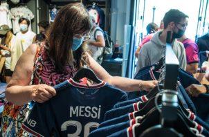 Aficionados compran la nueva camiseta de Messi en París. Foto: EFE