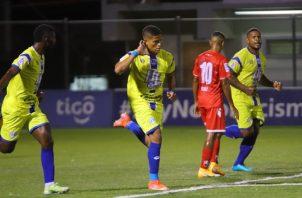 Iván Anderson (izq.) festeja su gol ante San Francisco, a la derecha lo observa Román Torres. Foto: @UDUniversitario