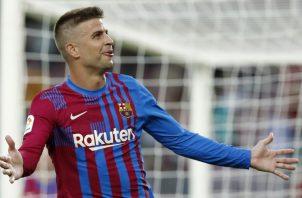 El defensa del Barcelona, Gerard Piqué, celebra su gol ante Real Sociedad. Foto:EFE