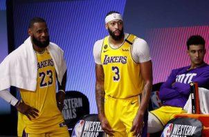 LeBron James de los Lakers (izq.). Foto:EFE