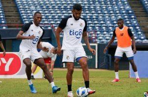 Aníbal Godoy conduce el balón ante el acecho de Abdiel Ayarza (izq.) durante los entrenamientos en el estadio Rod Carew. Foto:@Fepafut