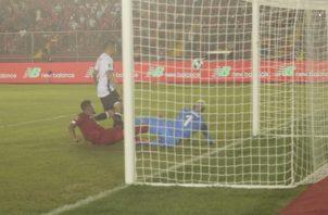 """Rolando """"Toro"""" Blackburn no pudo conectar el balón ante el marco costarricense que protege Keylor Navas. Foto: Vítor Arosemena"""