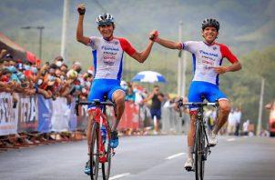 El chiricano Alex Strah ganó el año pasado el Centroamericano de Ciclismo de Ruta, cruzó la meta media rueda atrás, Franklin Archibold. Foto: Fepaci