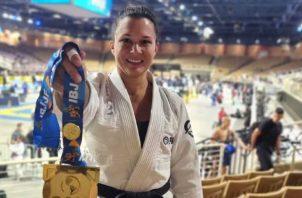 Jennisín Rosanía muestra la presea dorada conquistada al vencer a la colombiana Claudia Cardona. Foto: Cortesía
