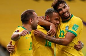 Neymar de Brasil (centro) festeja su gol ante Perú. Foto:EFE