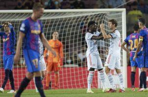 Thomas Müeller levanta su mano, para celebra su gol ante Barcelona en la Champions. Foto:EFE