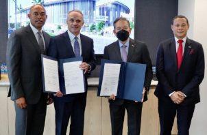 El firma del documento se contó con Mariano Rivera (izq.). Foto: Twitter