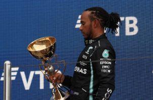 Lewis Hamilton con el trofeo del Gran Premio de Rusia. Foto:EFE