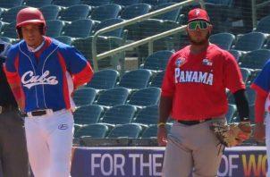 Erasmo Caballero de Panamá (der.) cubre la primera base, en el juego de ayer contra Cuba en el Mundial U23. Foto: Fedebeis