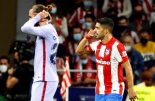 Luis Suárez del Atlético de Madrid (der.) Foto:EFE