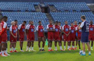 El técnico de Panamá, Thomas Christiansen conversa con los jugadores durante los entrenamientos. Foto:Fepafut