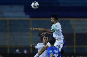 Aníbal Godoy salta por el balón en el partido contra El Salvador. Foto:Fepafut