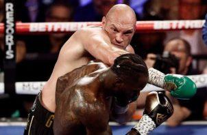 Tyson Fury golpea a Deontay Wilde en su segunda pelea. Foto: EFE