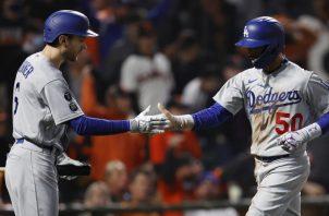 Mookie Betts (der.) y Trea Turner de los Dodgers. Foto:EFE