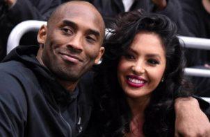 Vanessa Bryant (der.) junto al desaparecido jugador de los Lakers,  Kobe Bryant. Foto:EFE